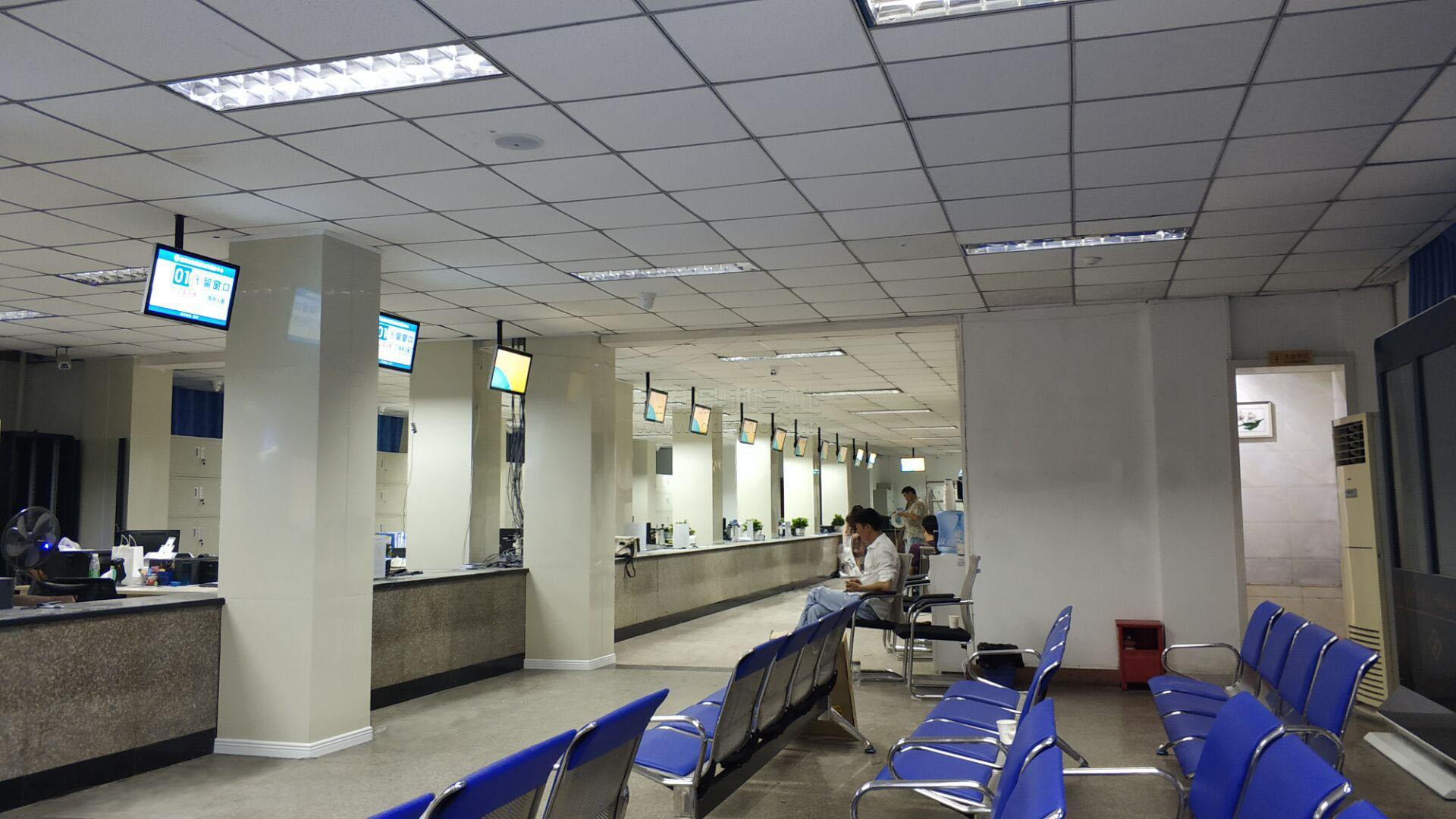 四川宜宾市智慧社会保障局服务中心排队系统之前面窗口LED屏安装配置